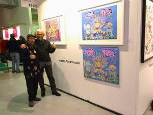 Matteo Guarnaccia con il curator Christian Gangitano presso lo stand Deodato Arte