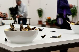La performance di Damien Hirst alla Tate Gallery.