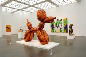 Un esempio di un'opera quotata milioni: Balloon Dog di Jeff Koons venduta a 52 milioni di dollari, diventando l'opera più costosa di un'artista vivente.