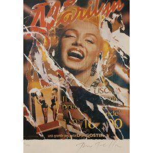Mimmo Rotella celebra la bellezza eterna di Marilyn nel seridécollage Gli Uomini Preferiscono le Bionde, disponibile presso la Galleria Deodato Arte